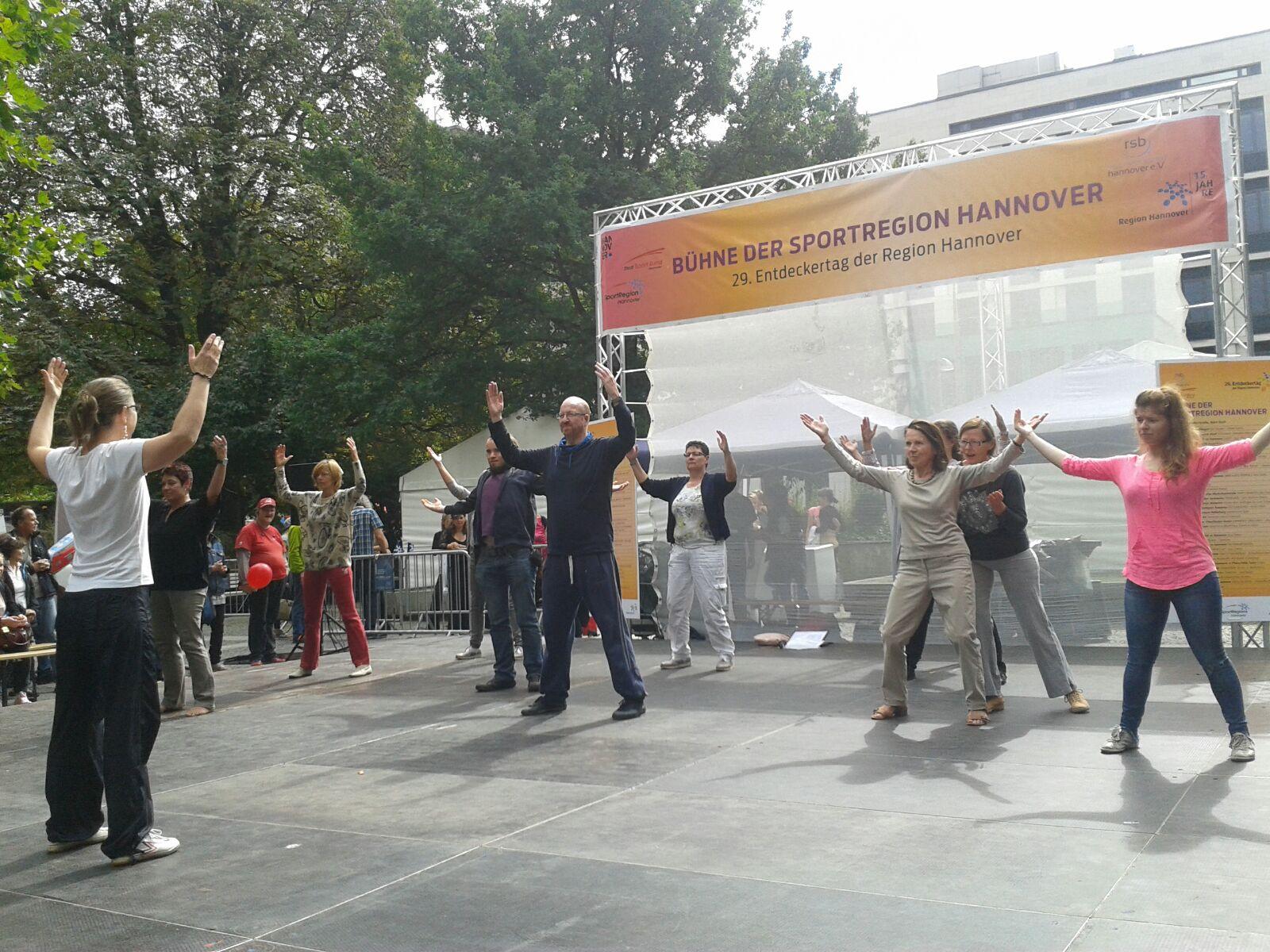 QiGong-Gruppe auf der Sportbühne des Entdeckertags