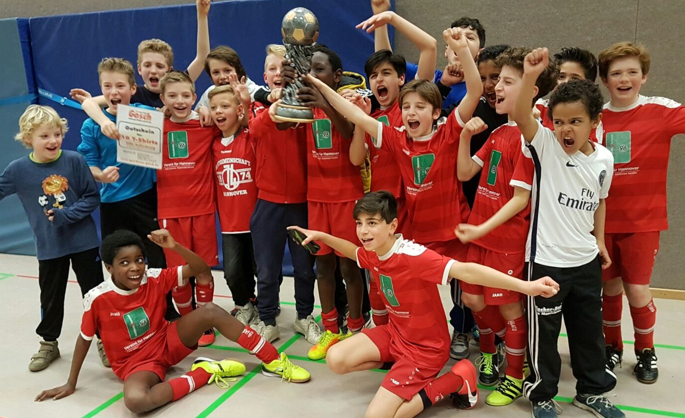 Jubelnde 74-U12er mit dem Kreismeisterpokal