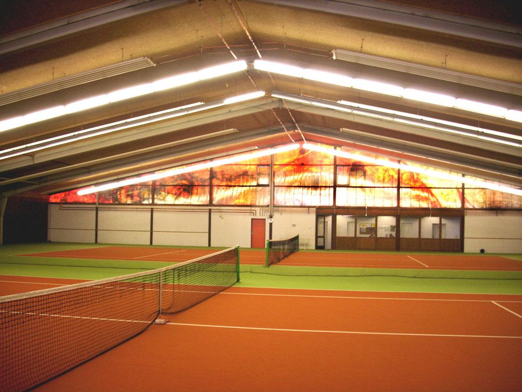 In der Mehrzweckhalle sind zwei Tenniscourts.